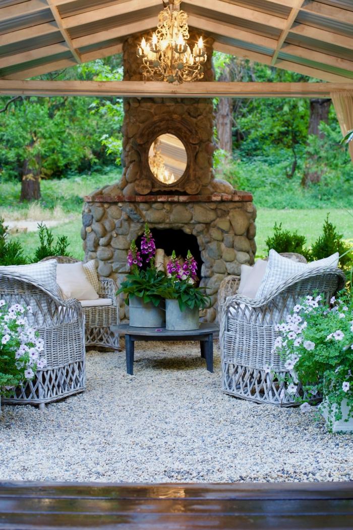 steingarten bilder moderne gärten mit kamin und sichtschutz elegante sessel kleiner runder tisch hängende lampe