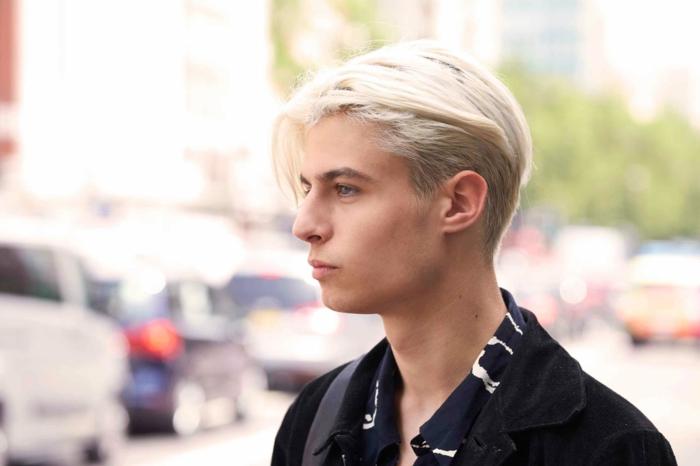 Street Style Fotografie, Mann mit blonden mittellangen Haaren, schwarze Jacke, Frisuren Männer mittellang