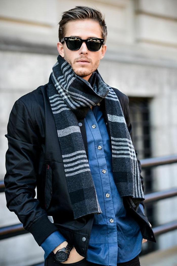 Frisurentrends 2020, Männer Kurzhaarschnitte, modisch angezogener Mann, blaue Hemd und schwarze Jacke, sehr kurzer Bart