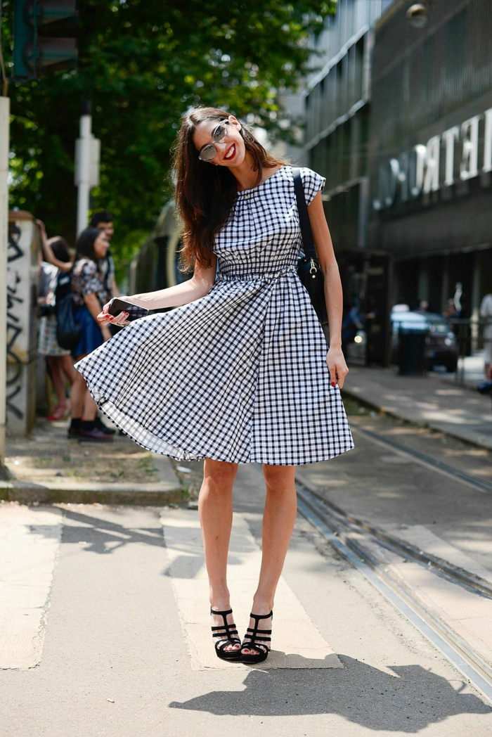 street style inspiration knielanges blau weißes kleid schwarze schuhe frau mit braunen haaren stylish und elegant