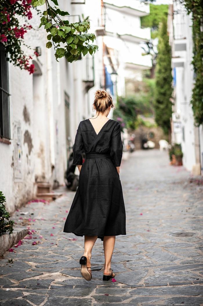 street style inspo langes sommerkleid schwarz blonde frau hochgesteckte haare elegante schuhe