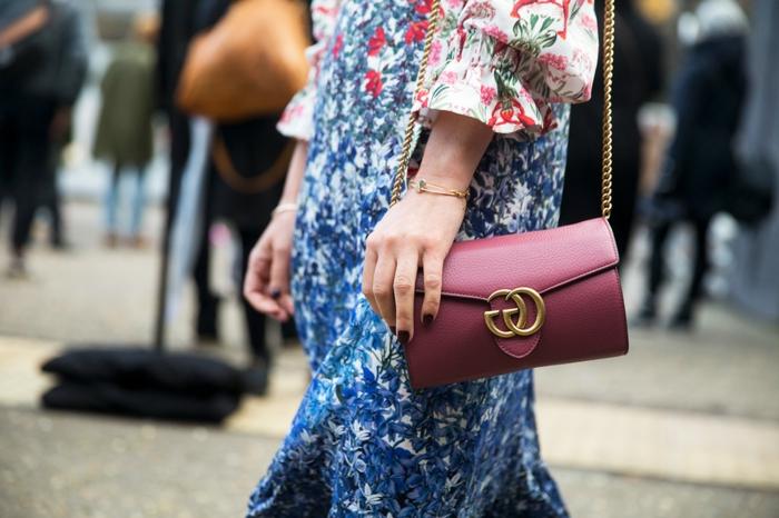 street style inspo schicke sommerkleider 2020 trend buntes kleid in weiß blau und rot mit blumen muster burgunderrote gucci tasche