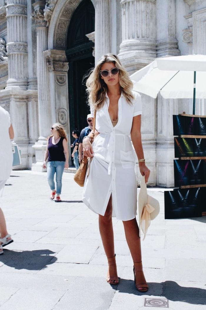 street style italien elegant und schlicht weißes midikleid sommer frau mit blonden haaren großer strohhut
