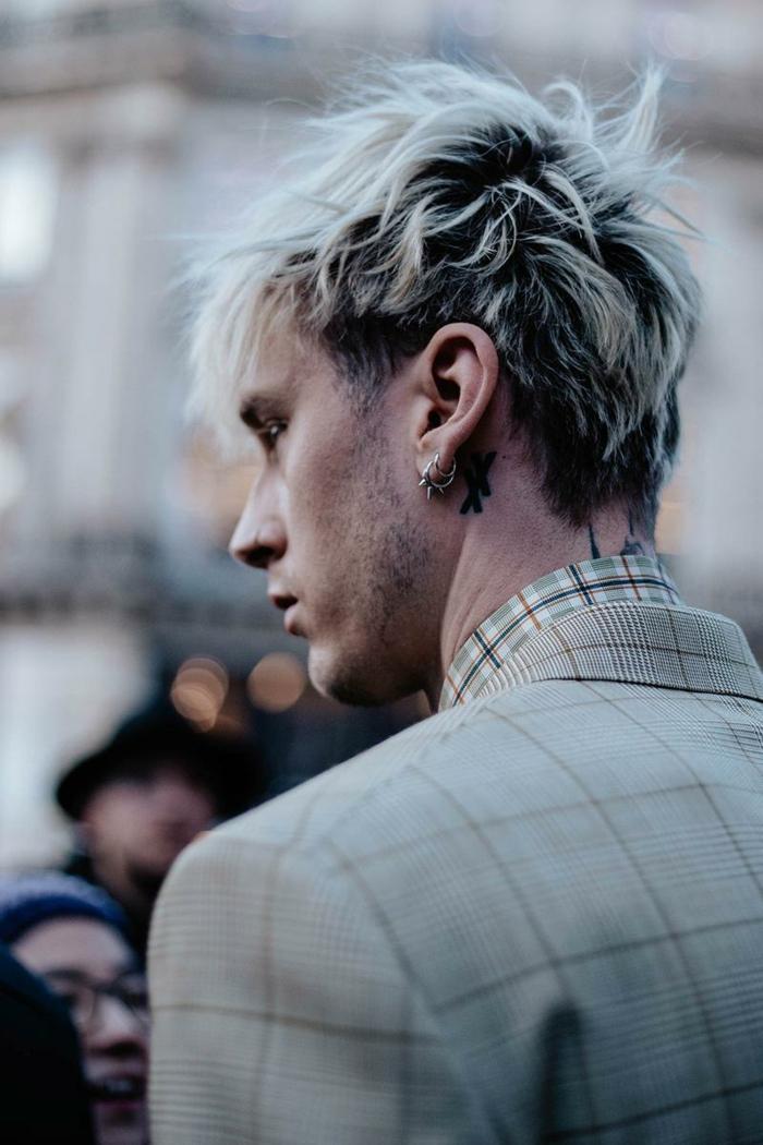 Paris Fashion Week Street Style, Mann gekleidet in beige karierte Jacke, Schwarze Haare mit blonden Highlights, Männerfrisuren 2020 kurz