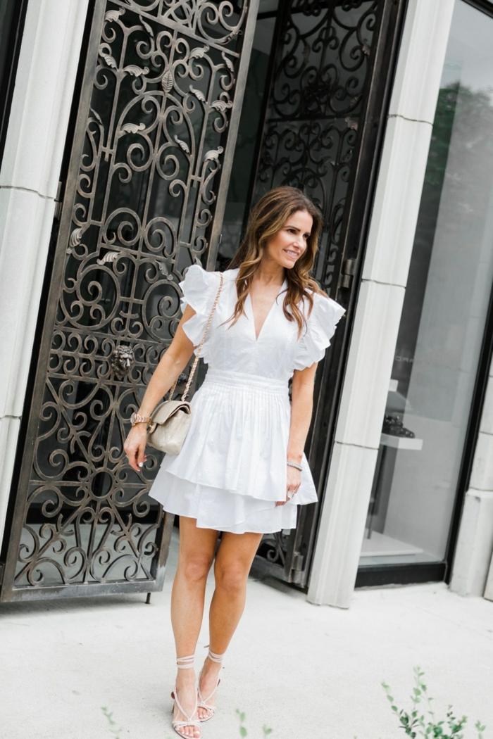 styling ideen und inpsiration sommerkleider 2020 trend weißes kleid mit rüschen stylische mini tasche