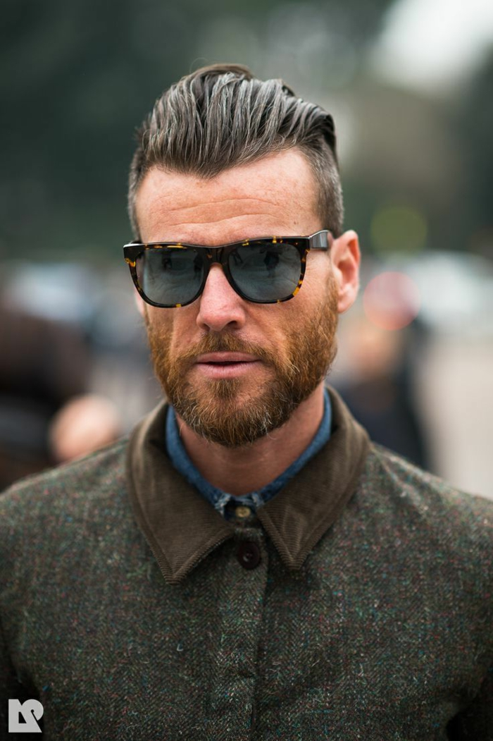 Kurze Männerfrisuren 2020, modern angezogener Mann in einer grünen Jacke und schwarzen Sonnenbrillen, Undercut Quiff Haarschnitt, kurzer Bart,