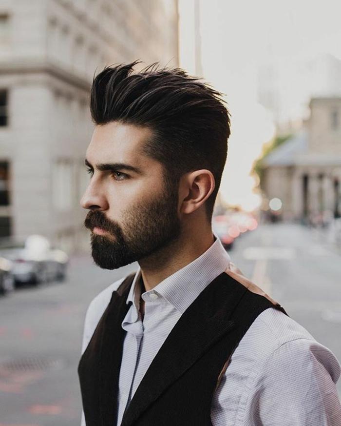 Männer Frisurentrends 2020, Mann gekleidet im weißen Hemd und schwarzer Weste, Foto auf der Straße, schwarze Haare