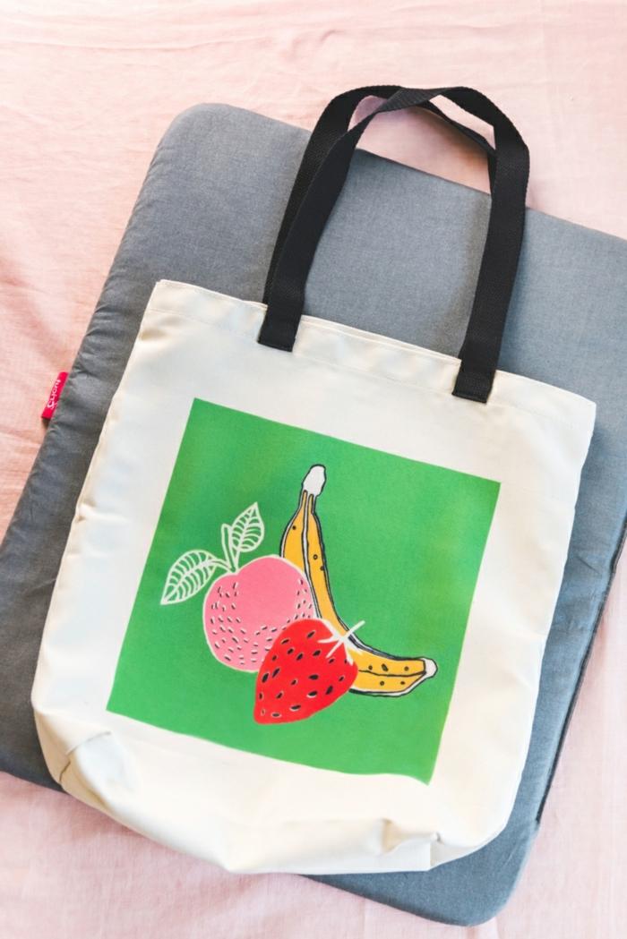 taschen nähen anleitung kostenlos beige handtasche dekroiert mit obst banane apfel und erdbeere