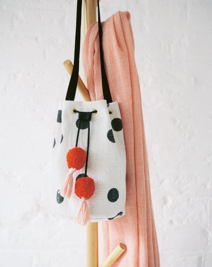 taschen nähen anleitung kostenlos selsbtgemachte geschenke handtasche mit zwei großen pompons