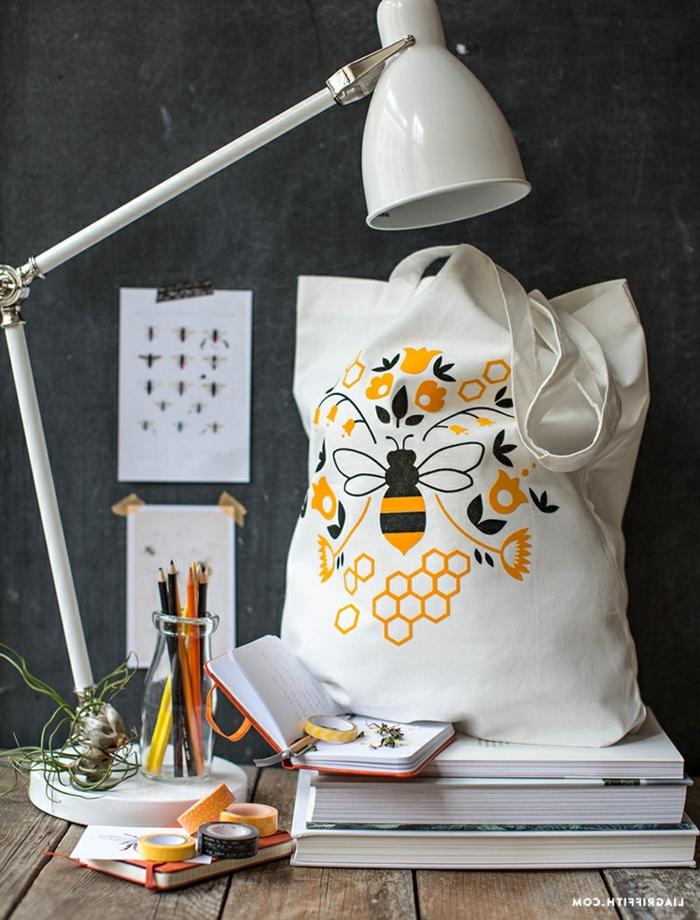 taschen nähen anleitung kostenlos selsbtgemachte handtasche mit biene und blüten als motiv