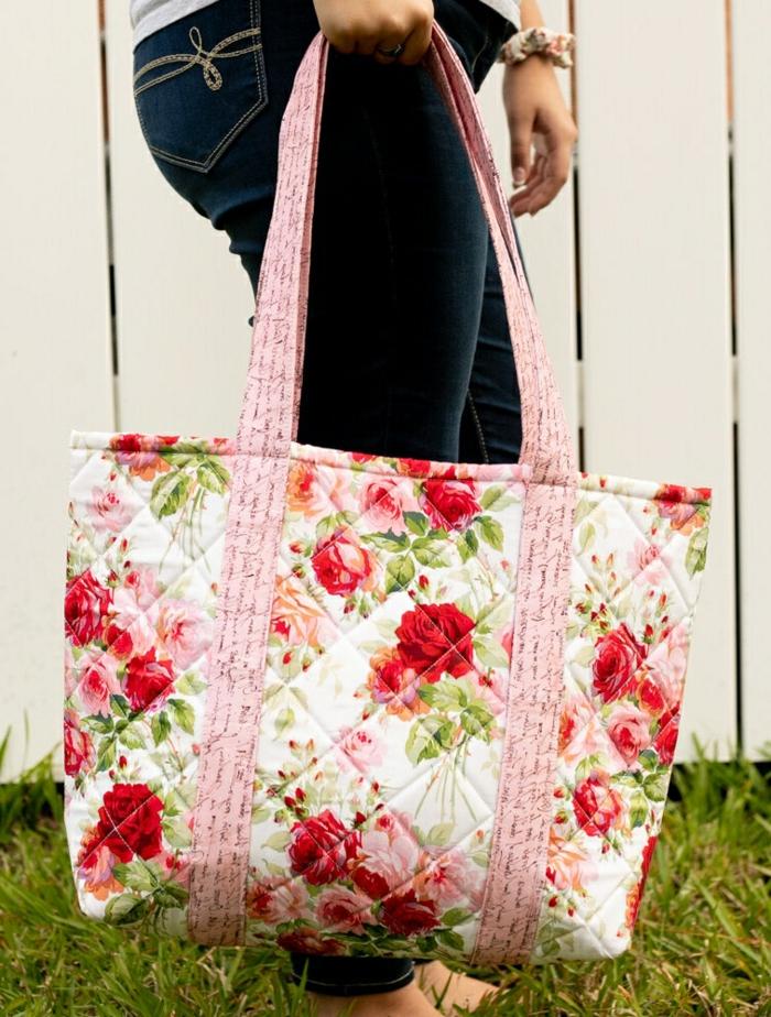 taschen nähen schnittmuter große alltagstasche in rosa rot und weiß stoff mit blumen muster