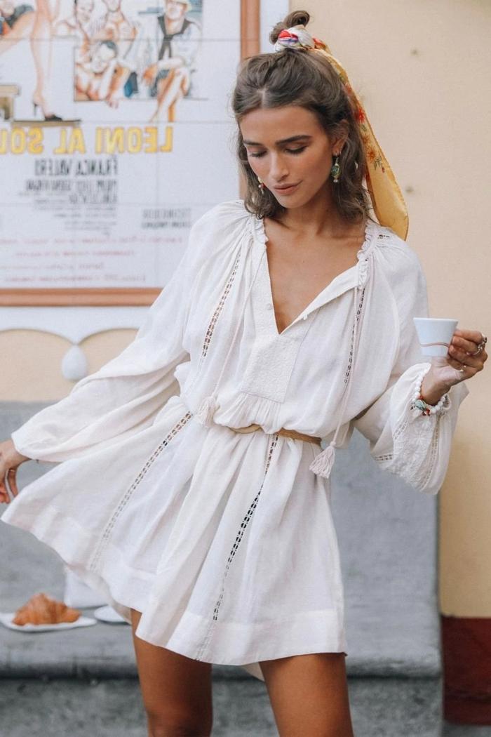 tunika kleid figurumspielend in weiß halb hoch halb unten haare mit bunten haarband sommerkleider 2020