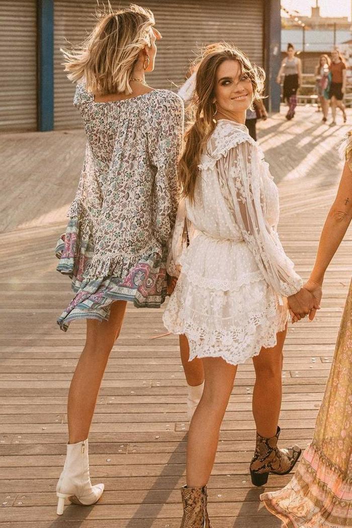 tunika kleider kurzes weißes kleid mit spitze buntes kleid mit floralen motiven cowboy boots in weiß und braun leichtes sommerkleid