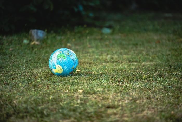 Nachhaltige Entwicklungen im Event Management, JTB Communication Design, kleiner Globus auf grünem Gras