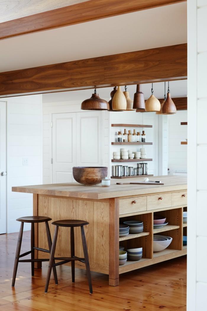 Kochinsel mit integriertem Esstisch aus Holz, verschiedene Holztöne in der Küche, weiße Wände, rustikaler Stil Einrichtung