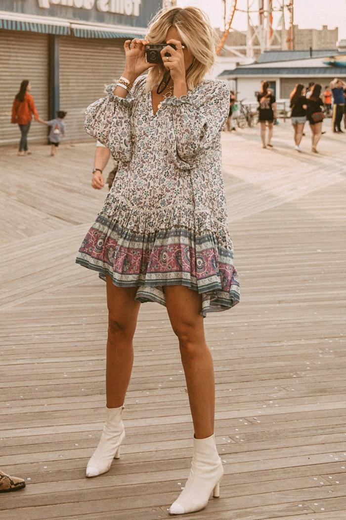 weiße boots kurzes kleid mit ärmeln boho chic style pinke und blaue farben blumen muster kurzes blondes haar sommerkleider 2020