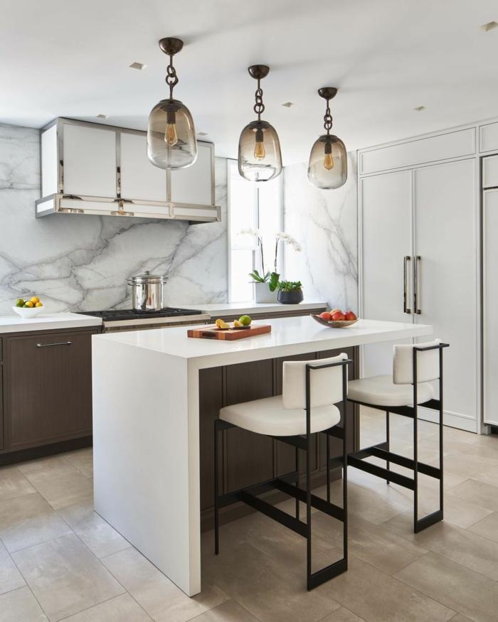 Kücheninsel mit Tisch, Marmor Wand, braune und weiße Küchenschränke, originelle Beleuchtung, kleine Küche mit Fenster