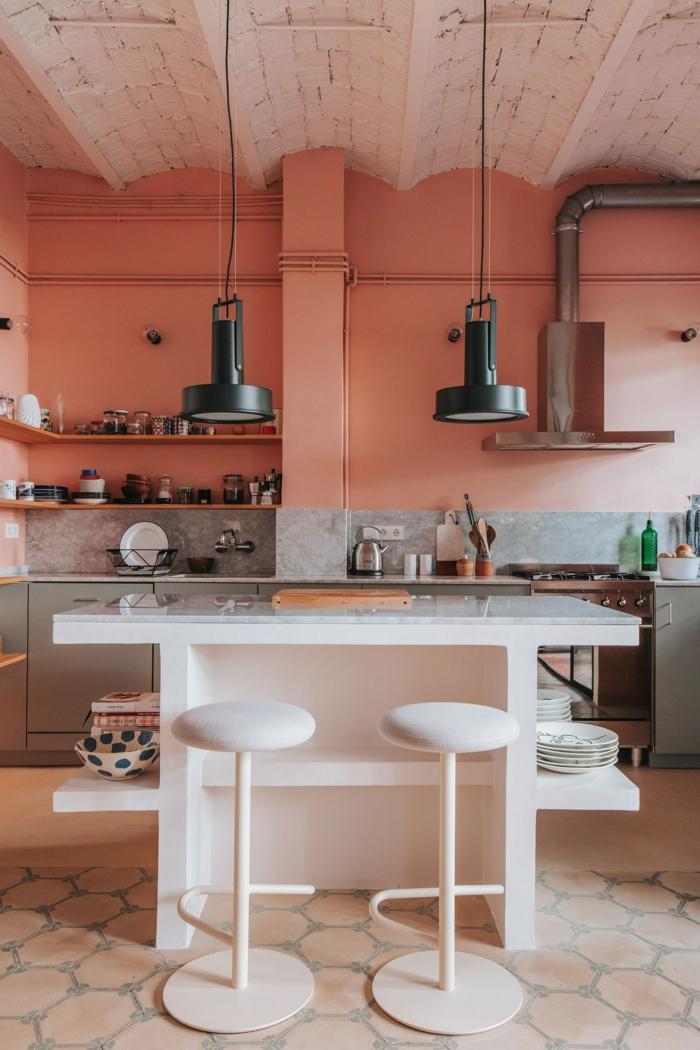 Color Blocking Wand in grau und koralle Farbe, Küchen Ideen modern mit kleinem Kochinsel, zwei schwarze Hängelampen