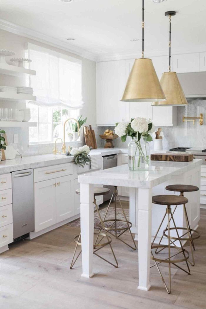 große Glasvase mit weißen Blumen, gold verzierte Hängelampen, Ikea Kücheninsel mit Stühlen, Eckküche mit Fenster