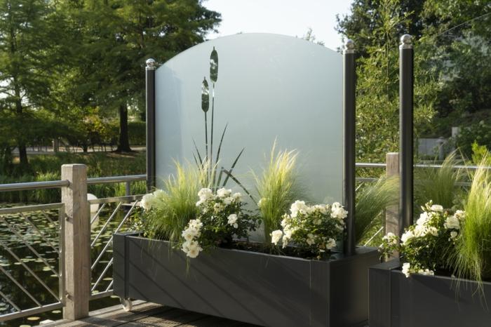 Dieser moderne Wind  und Sichtschutz bietet Flexibilität für die Terrasse