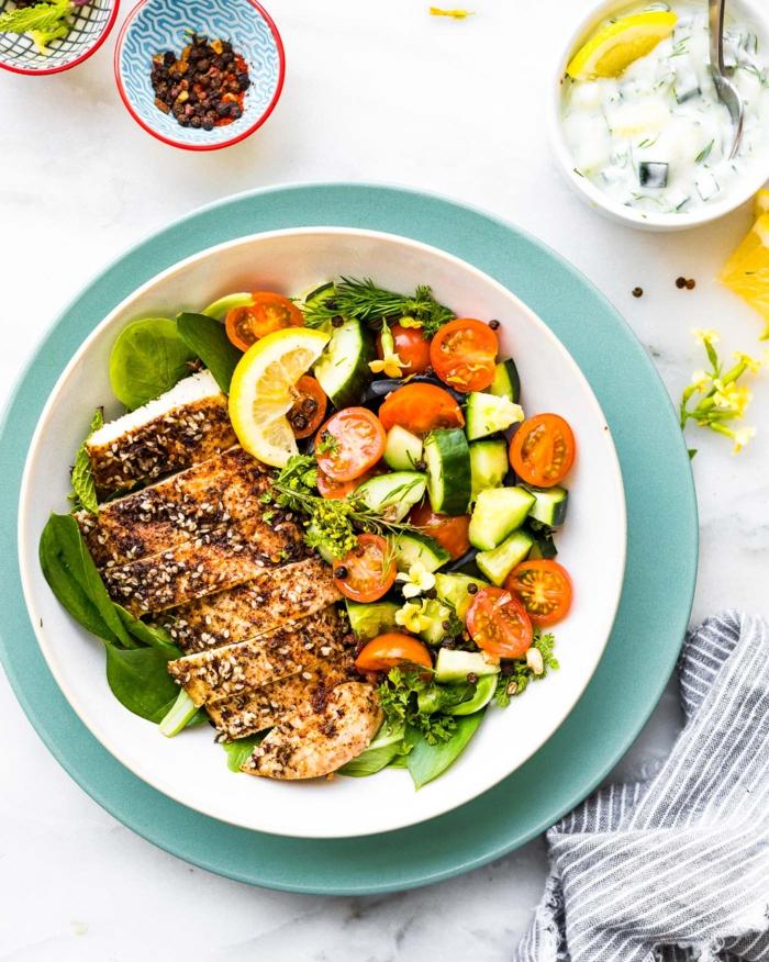 zaatar huhn bowl mit gurken und tomaten paleo diät rezepte schnelle und gesunde rezepte