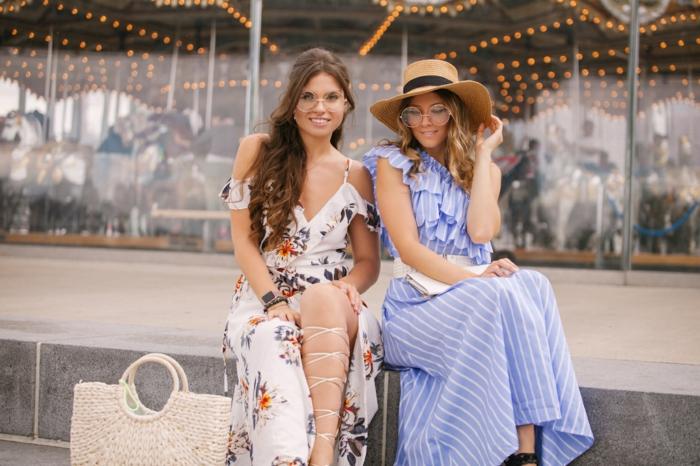 zwei frauen in lange kleider gestreiftes blaues kleid und weißes kleid mit blumen sommerkleider 2020 trend street style