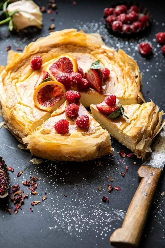 0 käsekuchen ohne boden cheesecake mit zitronen garniert mit frischen himbeeren und pudderzucker