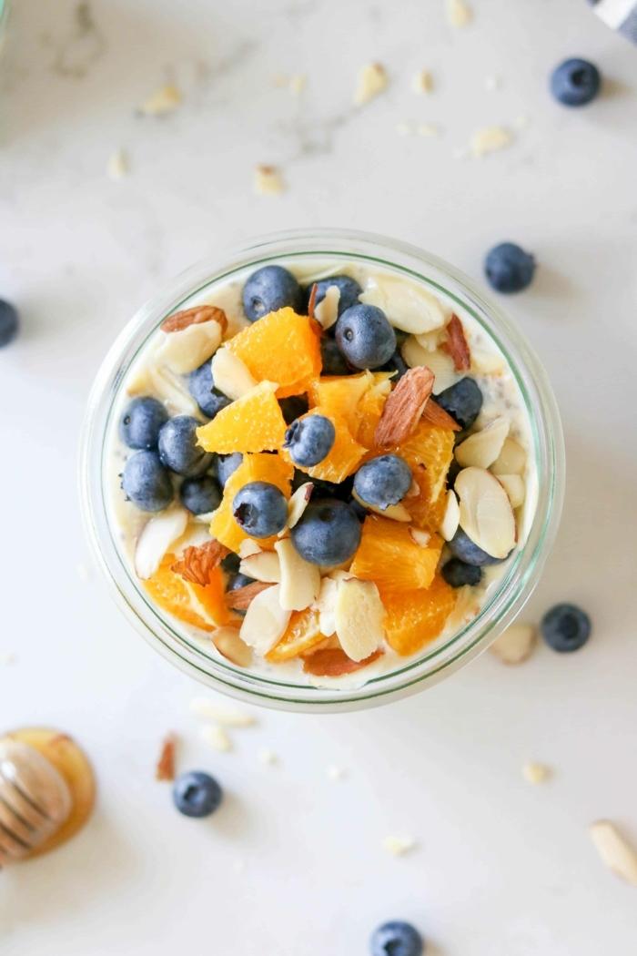 1 rezepte zum vorbereiten einen tag vorher gesund frühstücken leckere frühstücksideen joghurt mit früchten nüssen und haferflocken