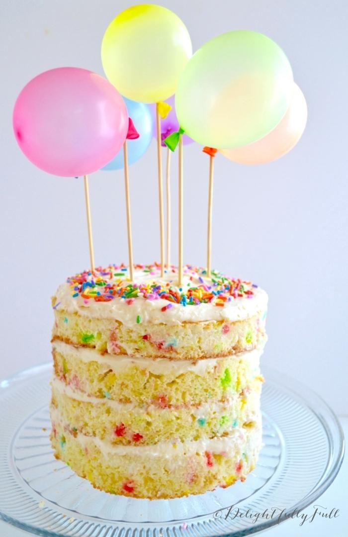 1 torte zum 1 geburtstag dekroiert mit luftballons naked cake moderne tortendeko geburtstagskuchen dekorieren