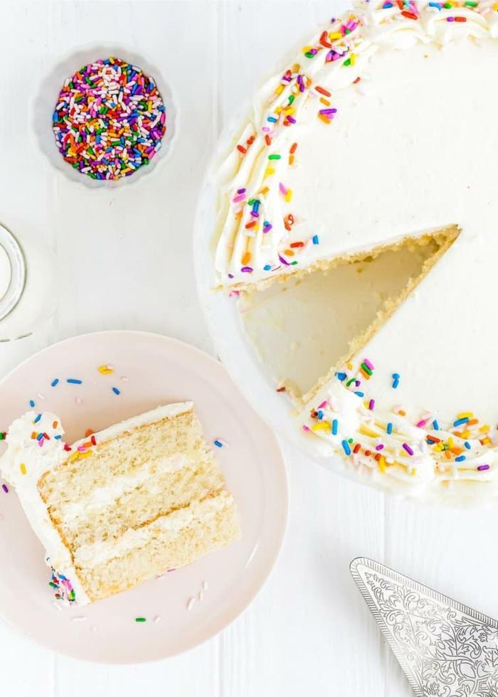 2 kuchen kindergeburtstag kindergeburtstagskuchen ideen torte mit vanillencreme dekoriert mit sahne und streuseln