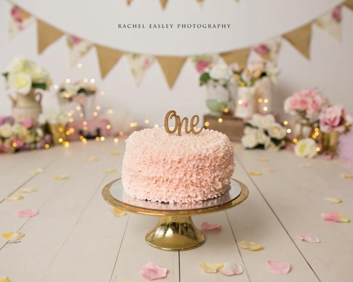 2 kuchen kindergeburtstag tortendeko mit rosa creme erster geburtstag kuchen kinderparty