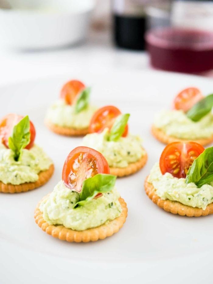4 schnelles essen für gäste abends crackers mit frischkäse kräutern und cherry tomaten häppchen rezept