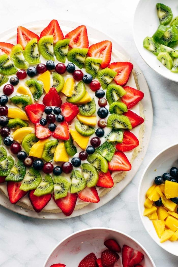 4 schnelles essen für gäste abends platte mit obst kiwi mango blaubeeren erdbeeren partyrezepte