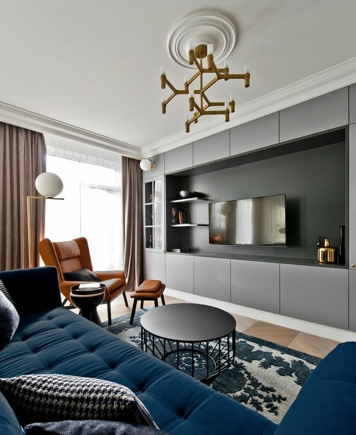 4 wohnzimmer ideen wandgestaltung fernsehwand schwarze wand dunkelblauer sofa kleines zimmer einrichten