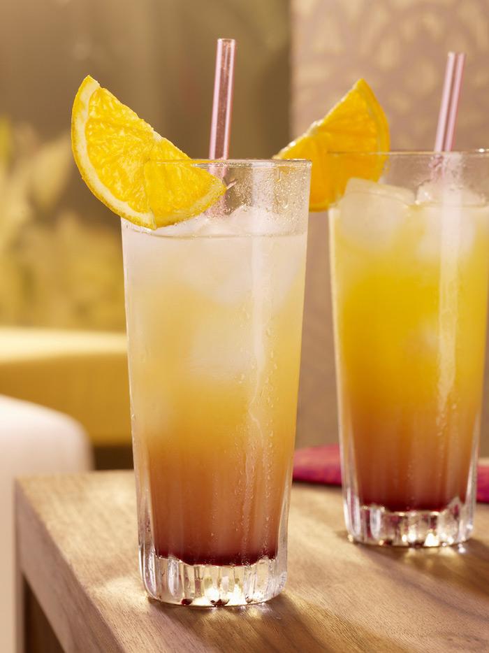 malibu sunrise cocktail rezepte ein glas mit zitrone und strohhalm zwei gläser mit malibu sunrise