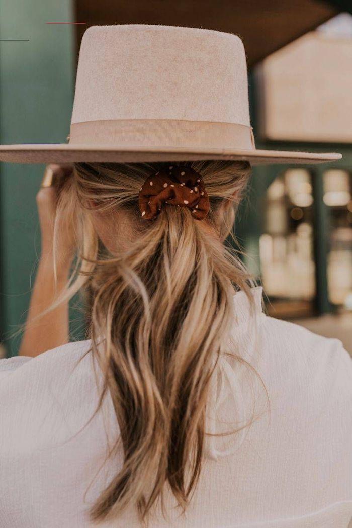 accessoires für die haare niedriger pferdeschwanz burgunder scrunchy mit weißen pünktchen eleganter hut frisuren halblange haare