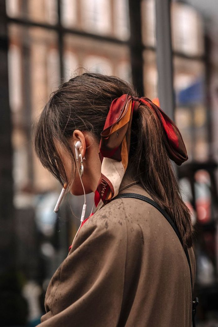 accessoires für die haare pferdeschwanz mit schal in rot braune haare lässiges styling frisurentrends 2020 frauen mittellang
