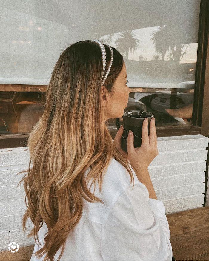 accessoires haare haarreifen mit weißen perlenßhighlights braune haare mit blonden strähnen weißes oversized hemd street style ideen