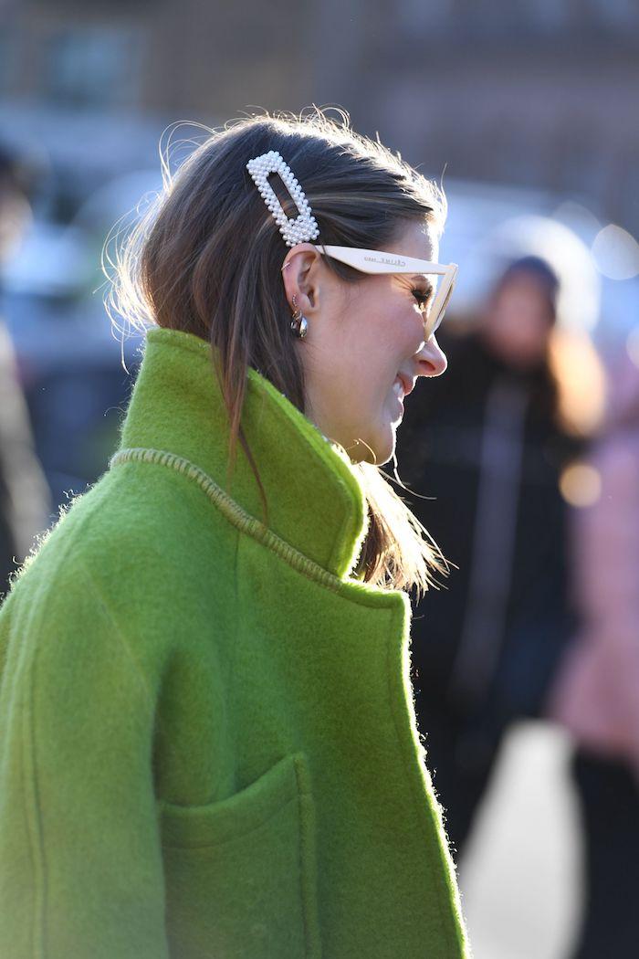 accessoires haare weiße haarspange mit perlen unkomplizierte frisuren mittellang 2020 trends eleganter grüner mantel