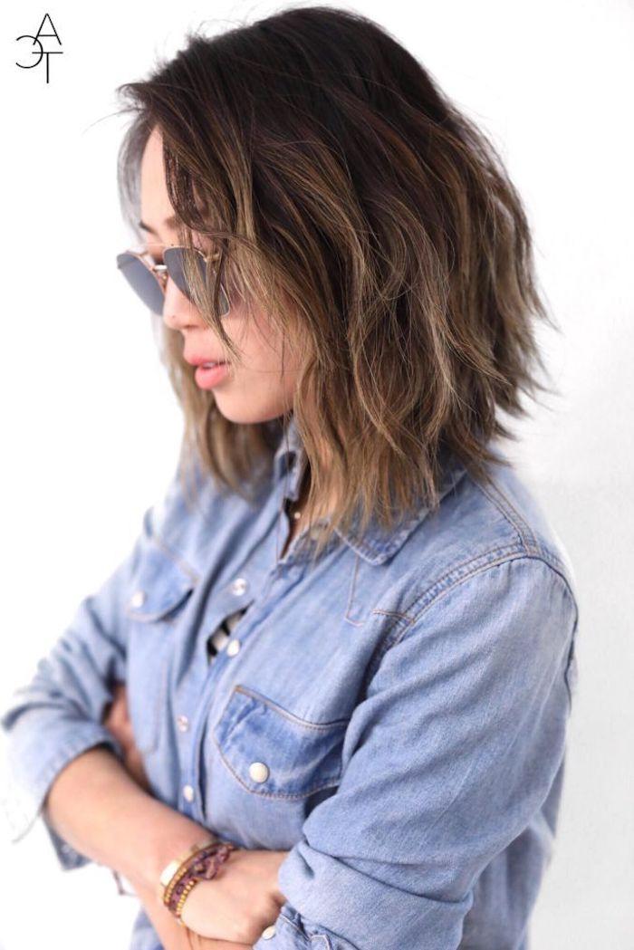 aimee song influencerin song of style casual style jeans hemd kurze gewellte haare kurzhaarfrisuren damen 2020 aviator sonnenbrillen