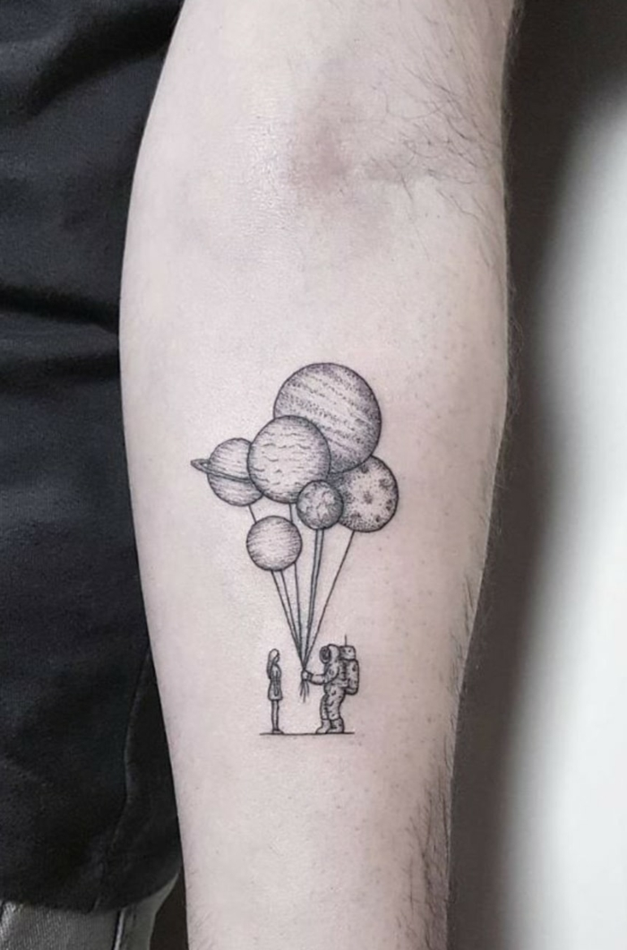 astronauten tattoo planeten luftballons schöne tattoos für frauen am arm ideen tattoos inspiration