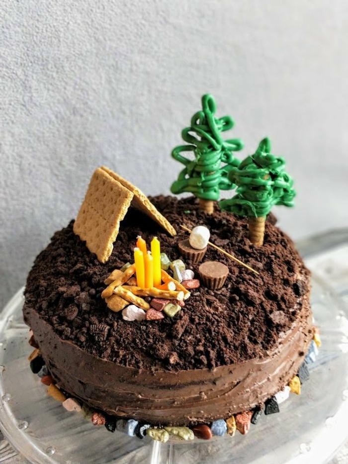 ausgefallene kuchen für kindergeburtstag camping motto schokoladenkuchen mit kreativer dekoration