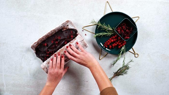 backen zu weihanchten yole log rezept mit kranbeeren und haselnusscreme backrezeote ideen