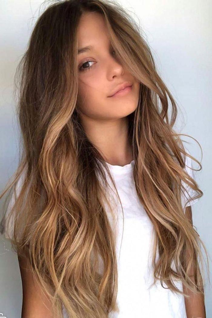 basic weißes t shirt outfit inspiration minimalistisches make up lange braune haare blonde strähnen leicht gewellte frisur