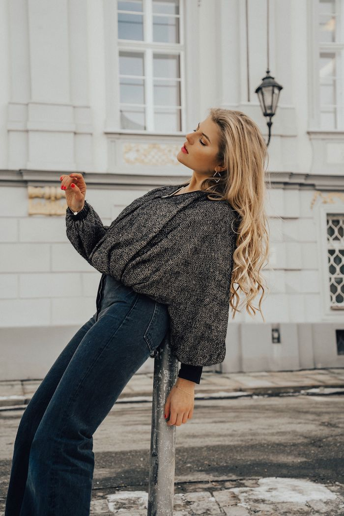 beach waves pflegeleicht frisuren 2020 frauen lange blonde haare mit wellen dunkle jeans und schwarze oversized bluse outfit