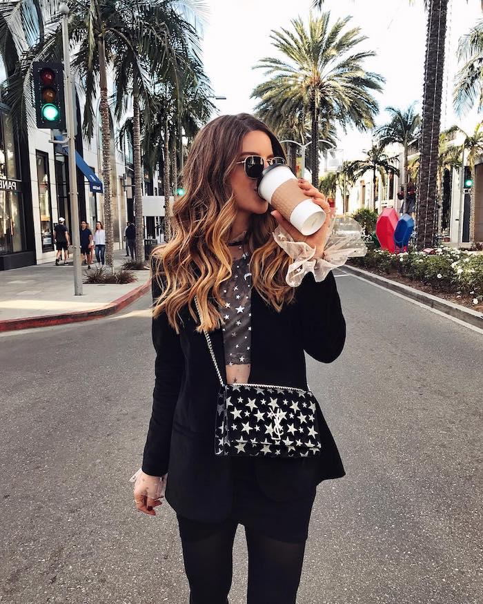california beverly hills street style inspiration lange gewellte braune haare mit karamell strähnen schwarzes outfit ysl mini tasche mit sternen