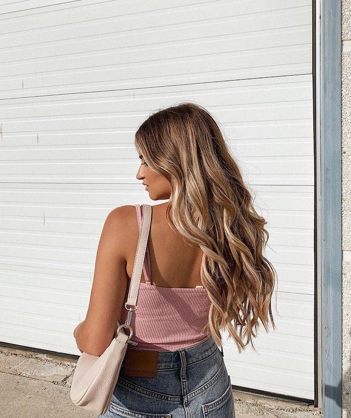 casual street style blaue jeans pnkes top beige tasche langhaarfrisuren damen braunes haar mit blonden strähnen highlights braune haare
