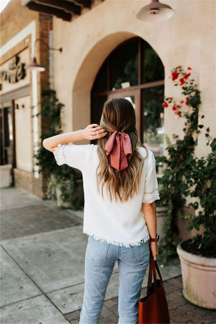 casual street style jeans weiße bluse rote maxi tasche mittellange haare mit pinker schleife braune haare mit strähnen blond