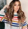 casual style bunter pullover lange braune haare mit highlights und wellen haarfarbe ideen und inspiration schönes make up