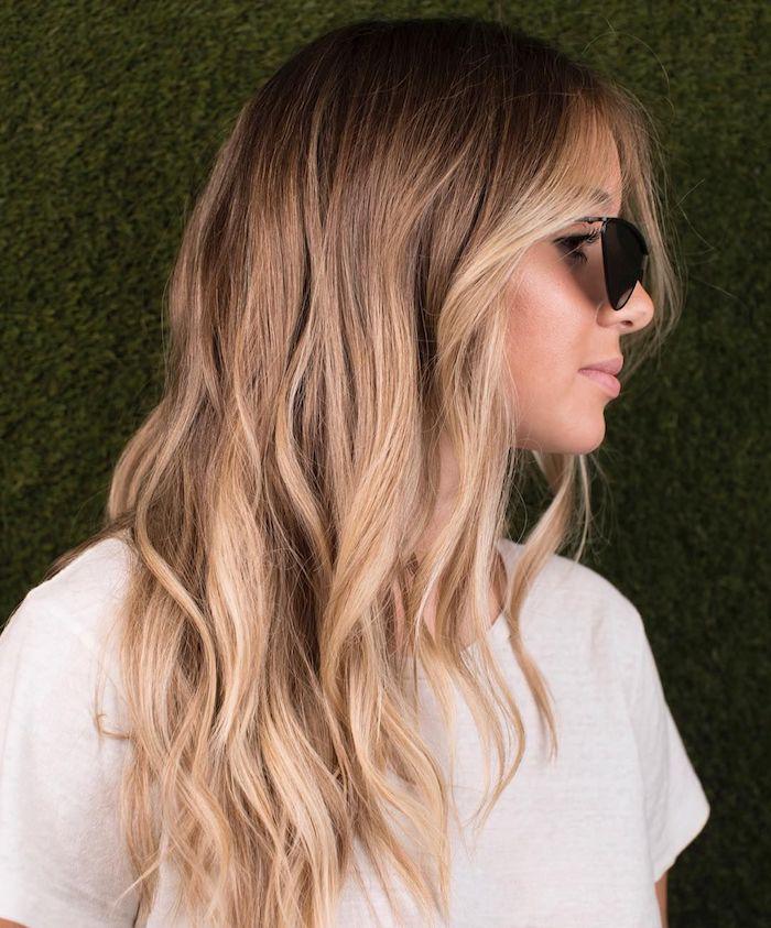 casual style weißes t shirt schwarze sonnenbrillen lange gewellte braune haare blonde strähnen inspiration haarfarbe
